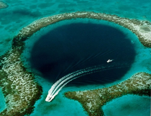 Lubang besar di tengah lautan